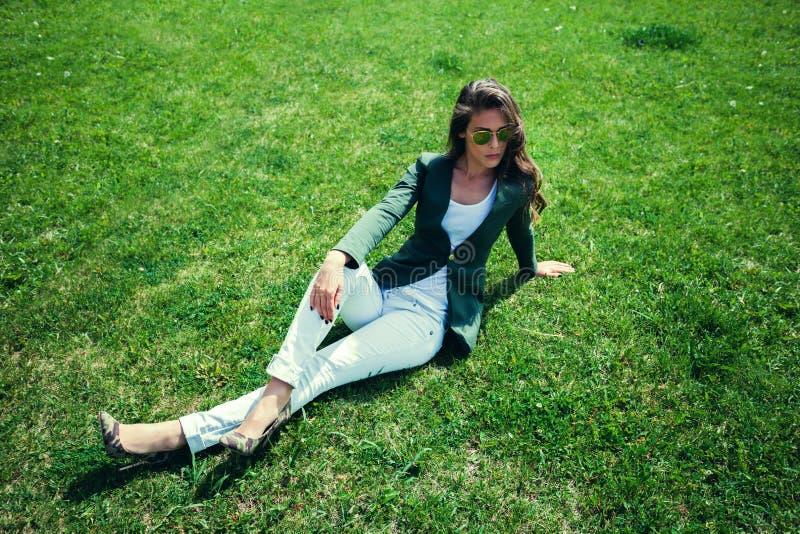 Mode på gräs arkivfoton