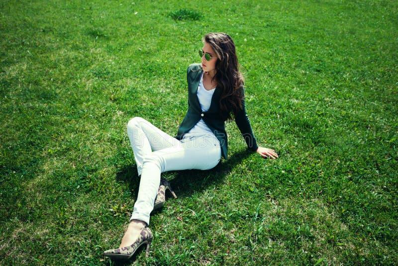 Mode på gräs arkivfoto