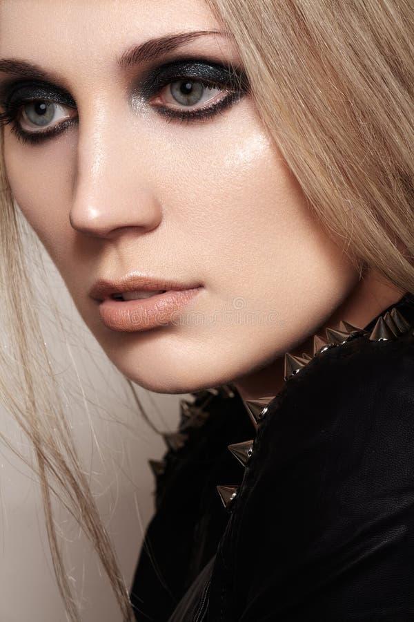 Mode parfaite de femme de rue Vêtements punks avec des transitoires photographie stock
