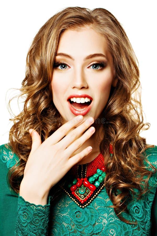 Mode-Porträt der glücklichen überraschten Frau Lachendes Mädchen stockbild