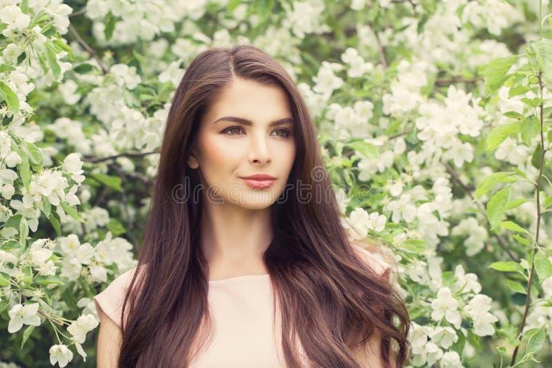 Mode-Porträt der jungen Brunette-Frau mit langem Brown-Haar lizenzfreies stockfoto