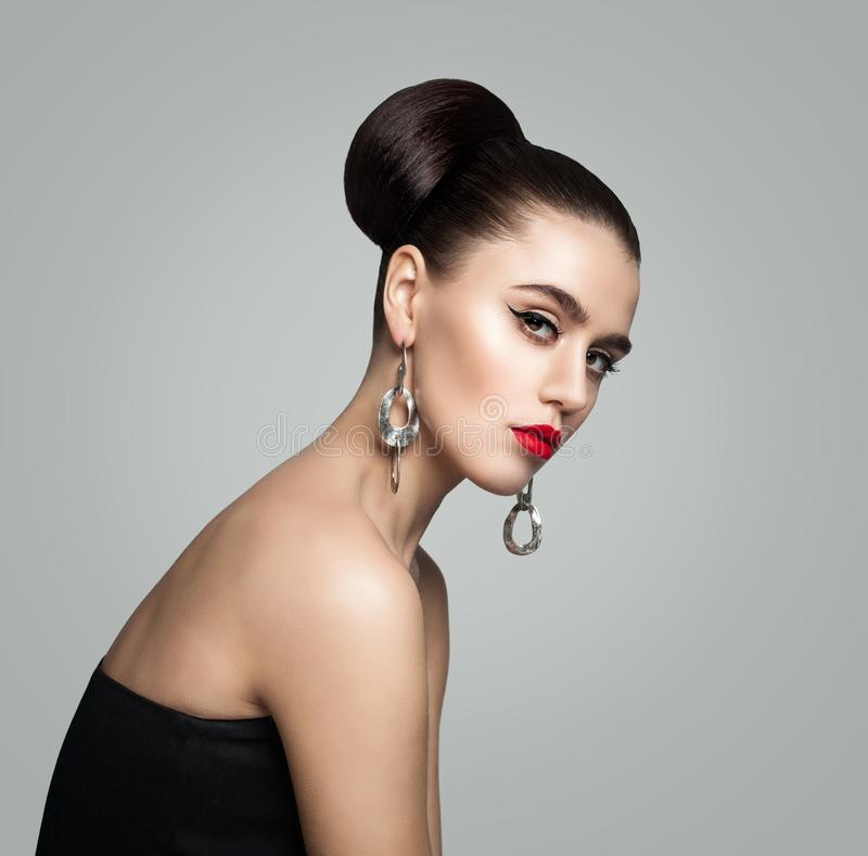 Mode-Porträt der jungen Frau mit dem Retro- anredenden Haar lizenzfreies stockbild