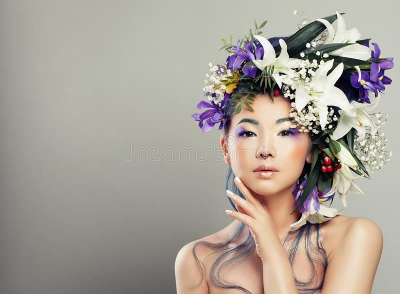 Mode-Porträt der jungen Frau mit schönen Blumen stockfotos