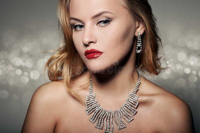 Mode-Porträt der Luxusfrau mit Schmuck lizenzfreies stockbild