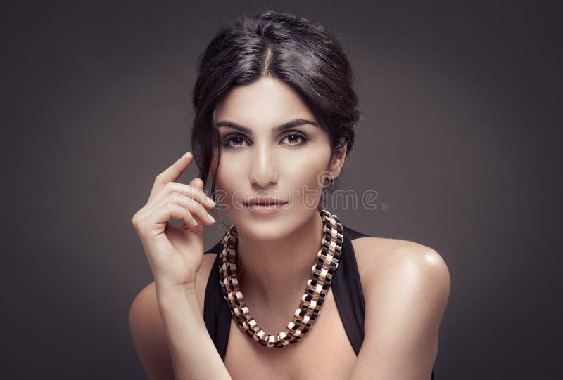 Mode-Porträt der Schönheit. Dunkler Hintergrund. stockbild