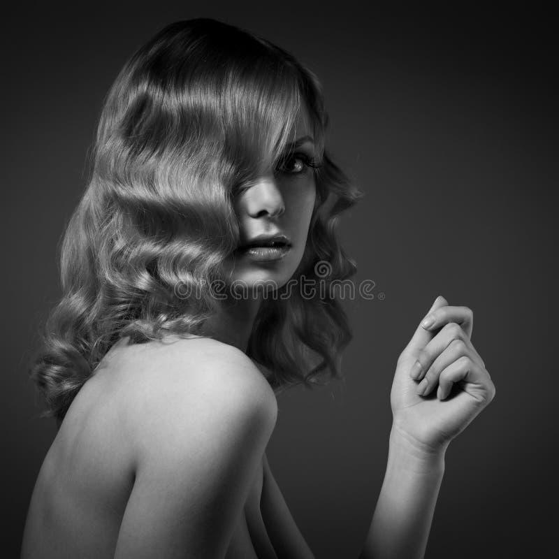 Mode-Porträt der Schönheit. Gelocktes langes Haar. BW lizenzfreies stockbild