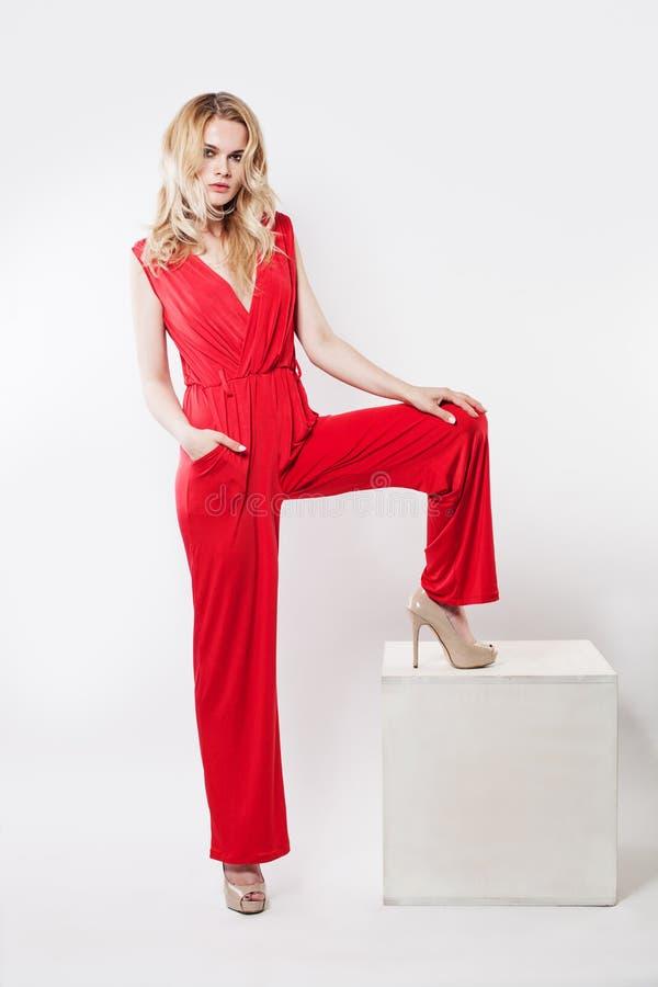 Mode-Porträt des schönen blonden Mode-Modells stockbild