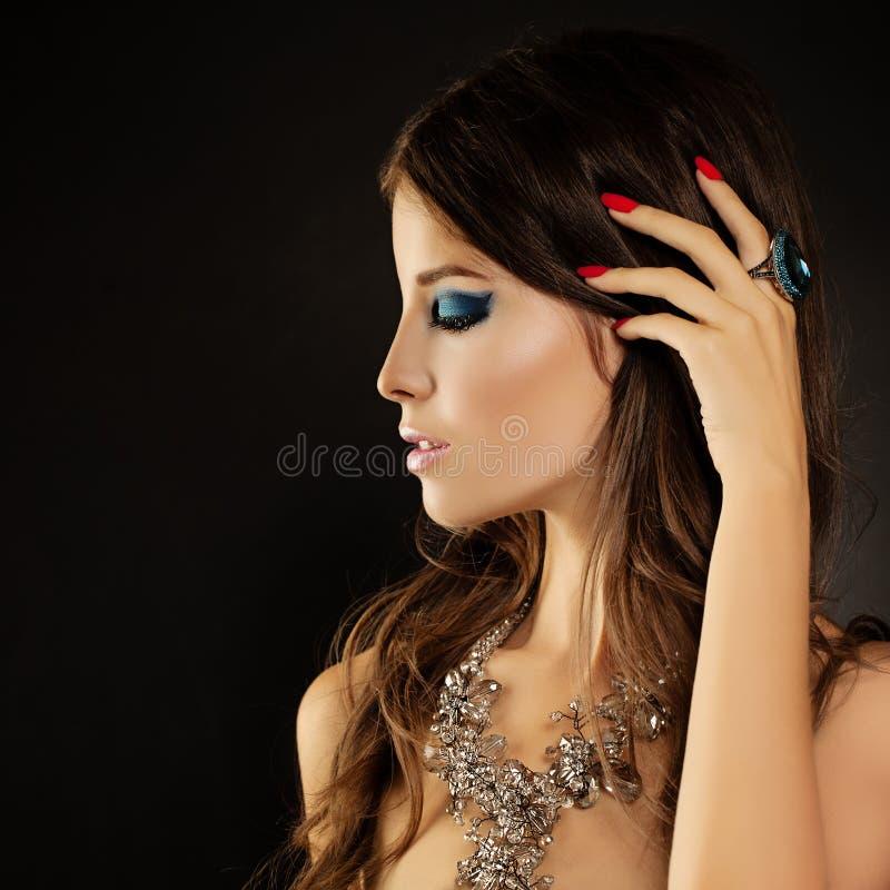 Mode-Porträt von elegantem Womanl Make-up, gelockte Frisur lizenzfreies stockbild