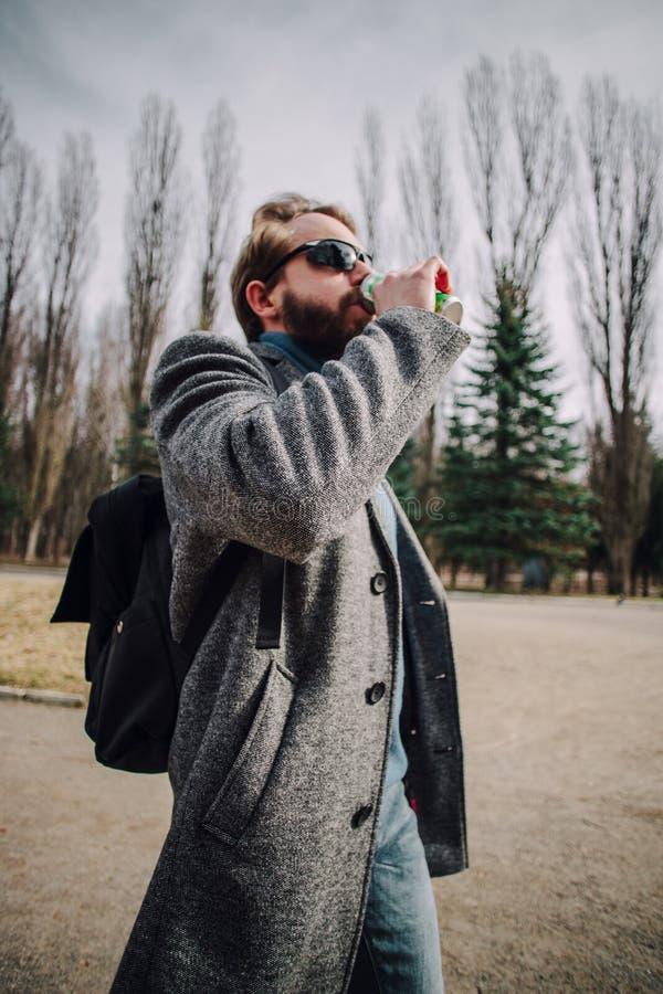 Mode-Portr?t des jungen b?rtigen Mannes L?chelnder Hippie-Junge Stattlicher Mann stockbilder