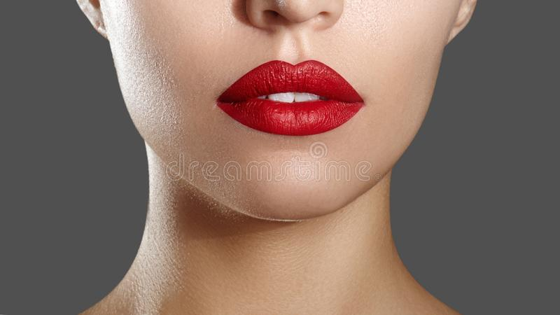 Mode-rotes Lippenmake-up Heller Lippenstift auf Lippen Nahaufnahme des schönen weiblichen Munds Teil des Frauengesichtes horizont lizenzfreie stockfotos