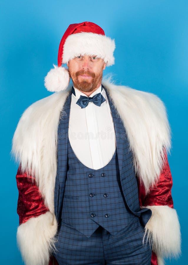 Mode santa Santa Claus med jul passar julhelgdagsaftongåvor semestrar många prydnadar lyckligt nytt år arkivfoto