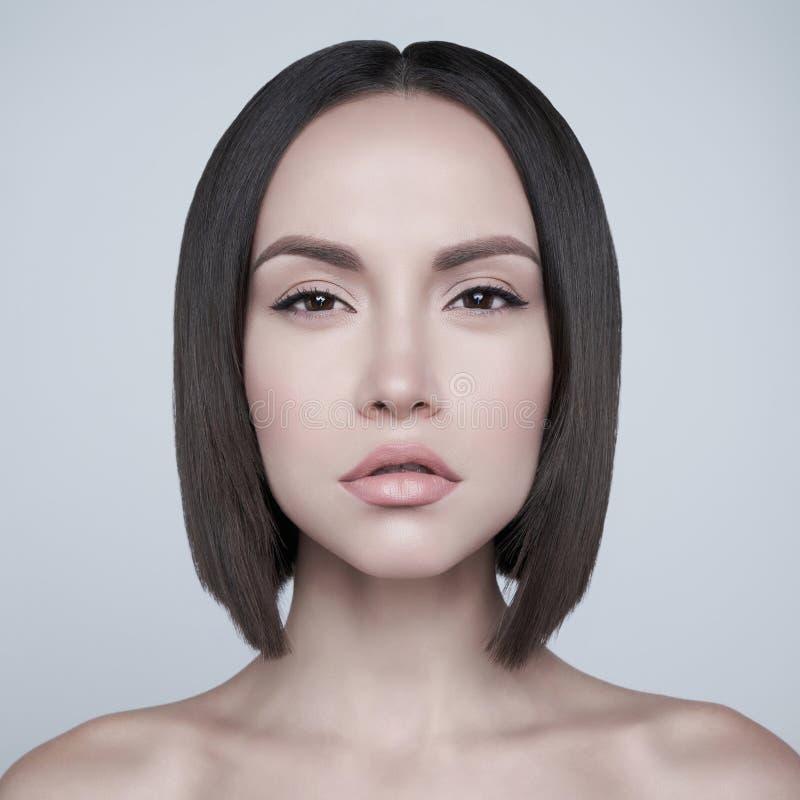 Mode schöner Brunette mit kurzem Haarschnitt Sie hat Angst stockfotografie