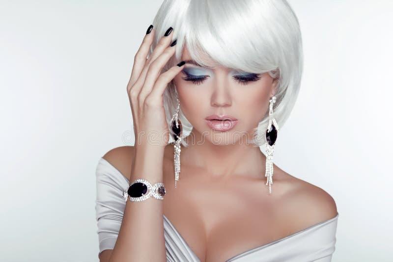 Mode-Schönheits-Mädchen. Frauen-Porträt mit dem weißen kurzen Haar. Juwel stockfotografie