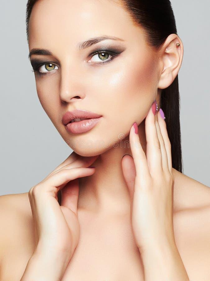 Mode-Schönheits-Porträt des schönen Mädchen-Gesichtes Mode-blondes vorbildliches Porträt Schwarzes Haar und Nägel lizenzfreies stockbild