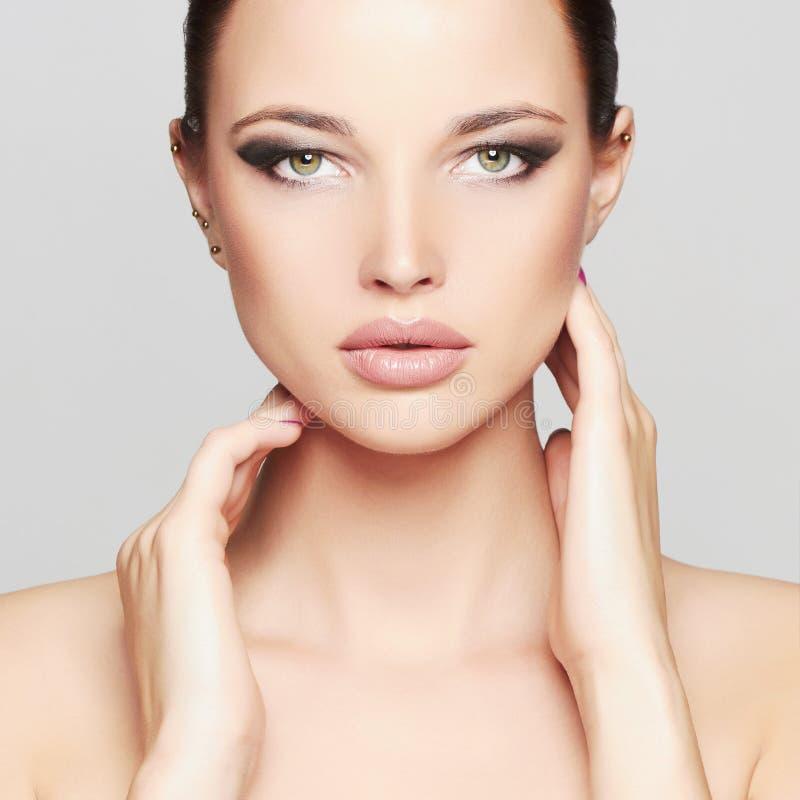 Mode-Schönheits-Porträt des schönen Mädchen-Gesichtes Mode-blondes vorbildliches Porträt Schwarzes Haar und Nägel lizenzfreie stockfotos