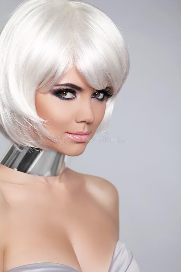 Mode-Schönheits-Porträt-Frau. Weißes kurzes Haar. Schönes Girl lizenzfreies stockbild