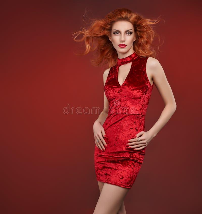 Mode-Schönheitsfrau Im Roten Kleid Partei-Ausstattung Stockbild ...