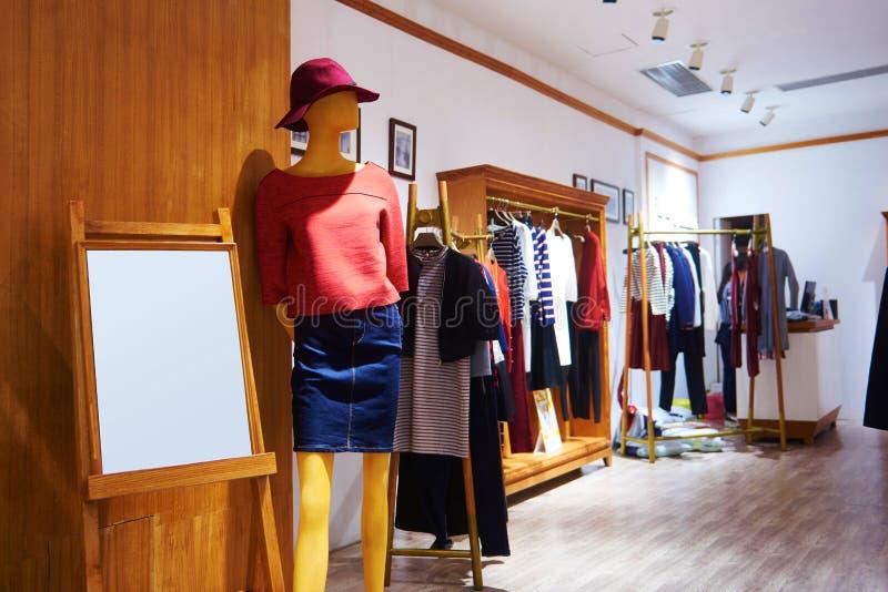 Mode shoppar klädlagret royaltyfria foton