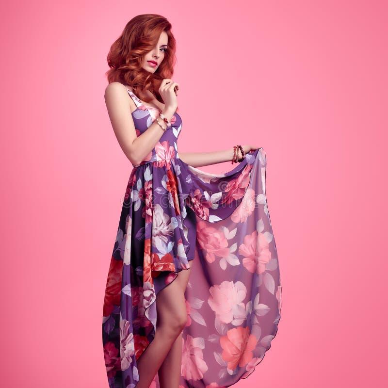 Mode-sinnliches Rothaarige-Mädchen Sommer-Blumenkleid lizenzfreies stockfoto