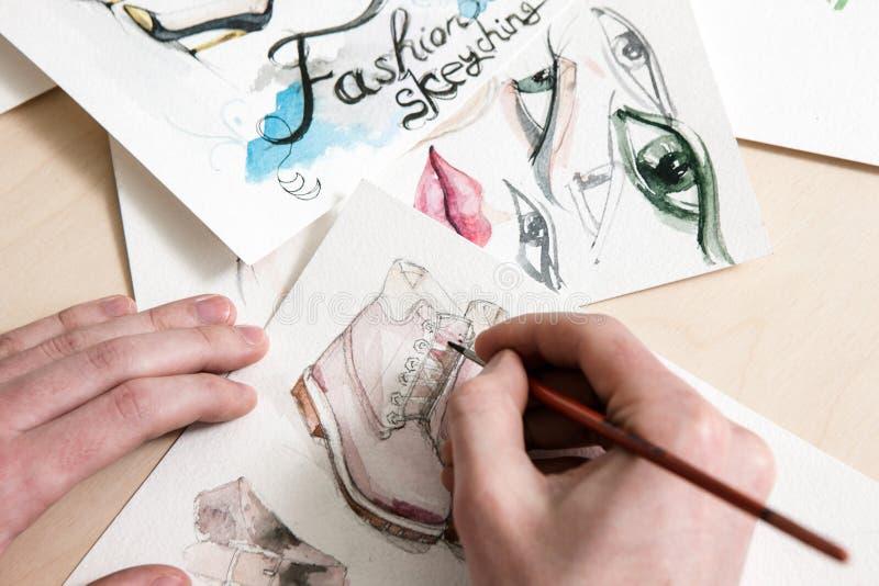 Mode skissar i process av designen royaltyfri foto