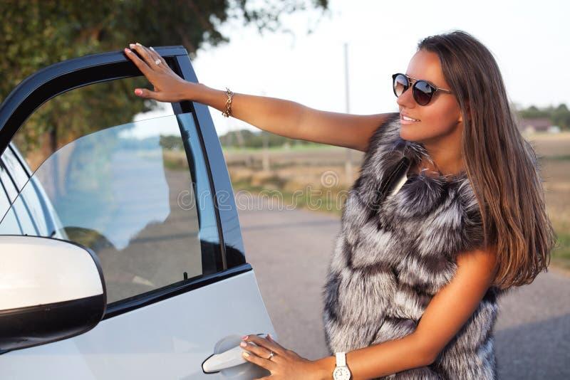 Mode som skjutas av elegant härlig flicka royaltyfri bild