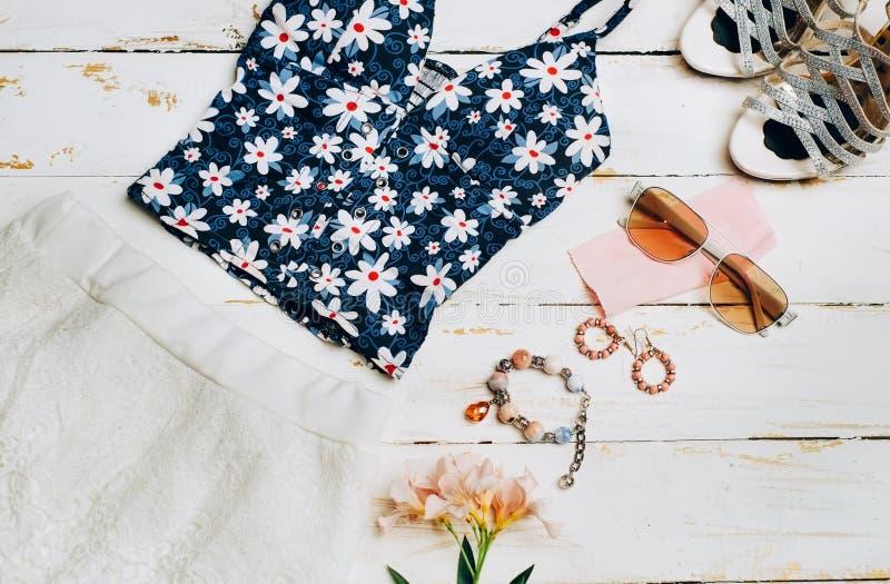 Mode-Sommermädchenkleidung eingestellt, Zubehör Sommerausstattung Stilvolles Blumenkleid, modische Mode Sonnenbrille, Blumen Zaub stockfoto