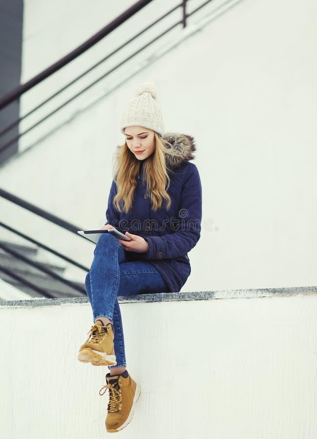 Mode, teknologi och folkbegrepp - kvinna som använder minnestavlaPC royaltyfria bilder