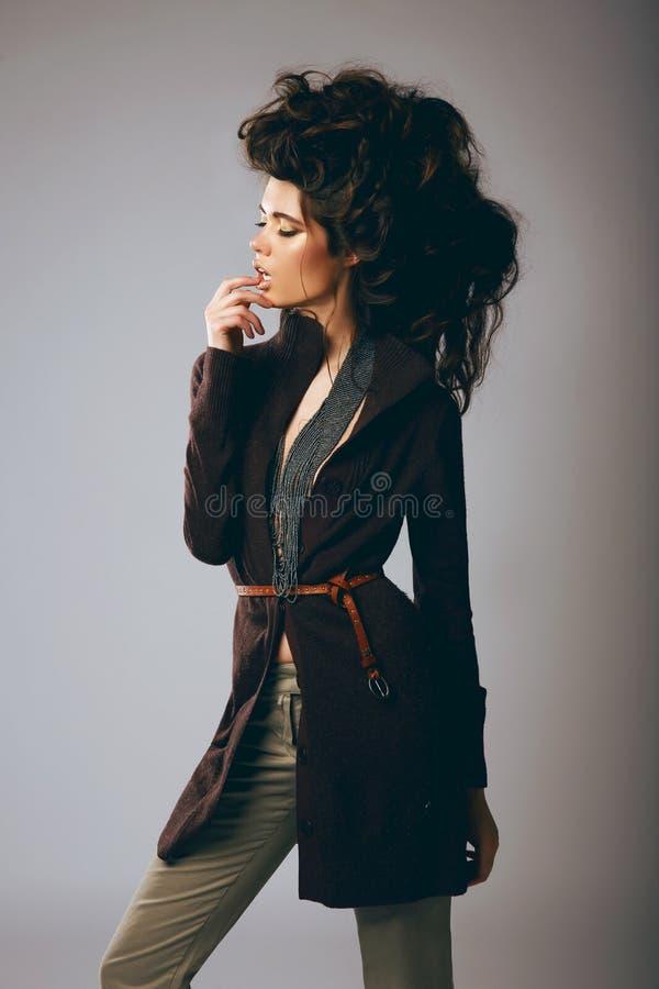Mode utformar Flott modemodell i stilfullt brunt omslag och flåsanden arkivfoto