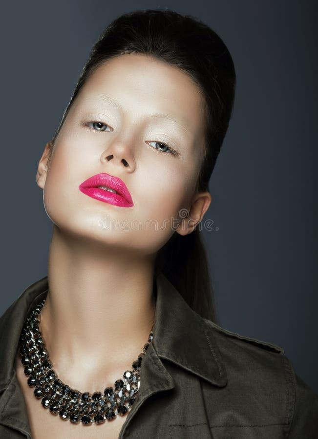 Mode utformar Sofistikerad kvinna med moderiktig makeup och halsbandet fotografering för bildbyråer