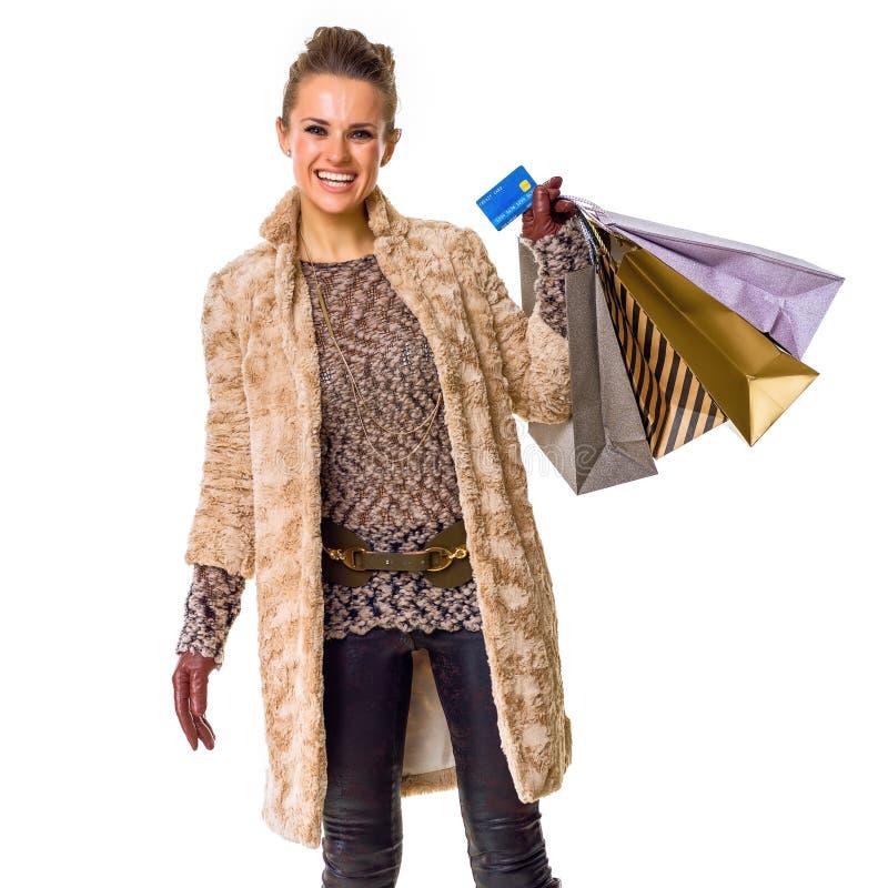 Mode-vendeur de sourire sur le client blanc montrant la carte de crédit photo stock