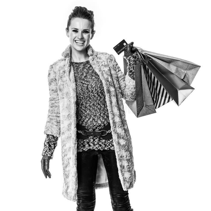 Mode-vendeur de sourire sur le client blanc montrant la carte de crédit photographie stock