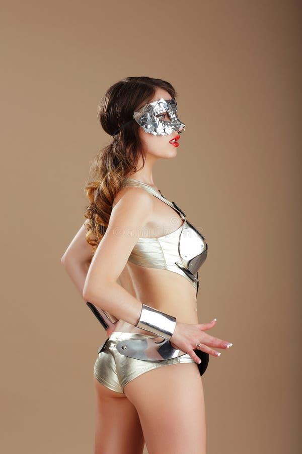 mode Vrouw in Zilveren Masker en Cyber-Staalkostuum stock foto's