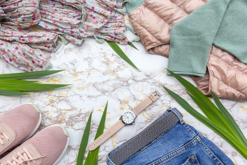Mode women' s-Kleidung, modische Zusätze der tropischen Blätter eingestellt auf beige weißen Marmorhintergrund Stilvolle zuf stockbilder