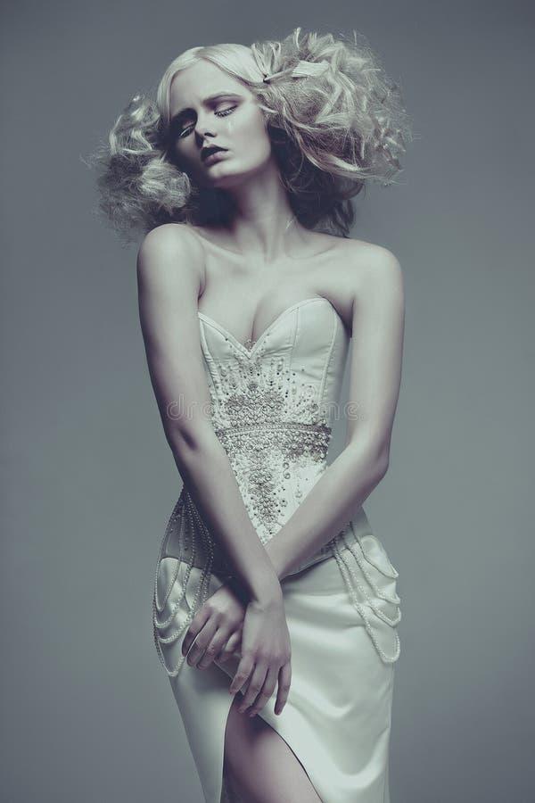 Mode-Zauber-schönes junges Modell Weißes Kleid a Vogue-Art lizenzfreies stockbild