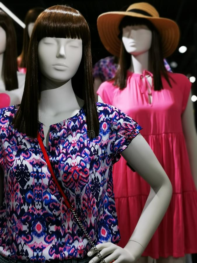 Modeattrappe - Saison-Kleidung f?r Frauen stockfotos