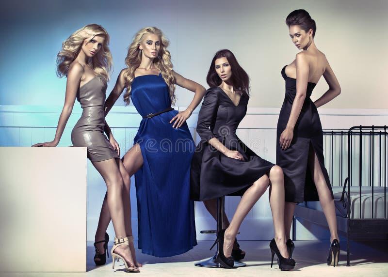 Modebild av fyra attraktiva kvinnligmodeller fotografering för bildbyråer