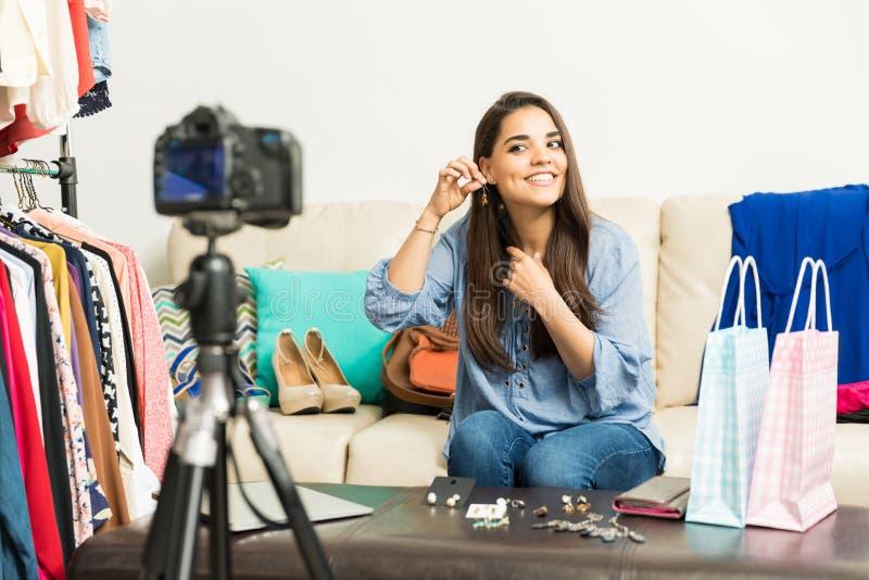 Modeblogger som talar om örhängen arkivfoton