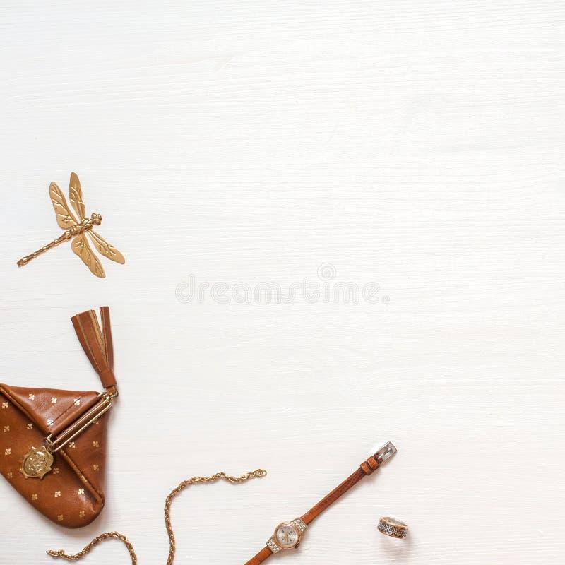 Modebloggerworkspace med tom spase Tillbehör för plånbok-, klocka- och guldkvinna` s på den vita trätabellen Lekmanna- lägenhet,  arkivfoton