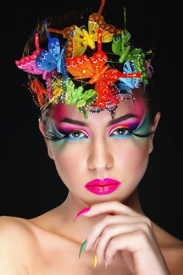 Modebrunette-Baumuster-Porträt stockfoto