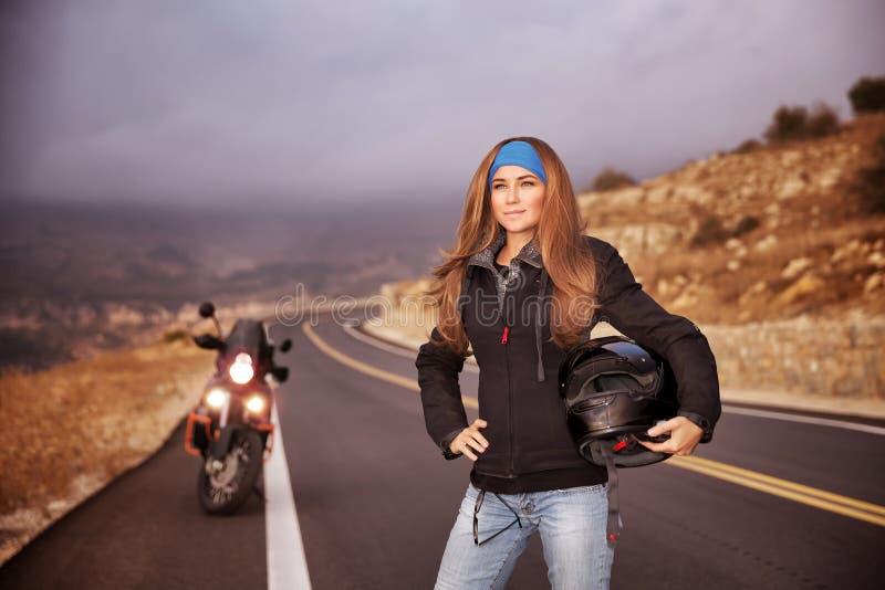 Modecyklistflicka royaltyfri bild