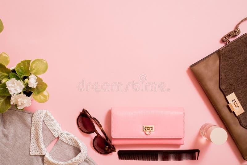 Modedam Accessories Set Falt lägger stilfull handväska brushes smink reflekterande solrossolglasögon Smycken och spikar polermede royaltyfria bilder