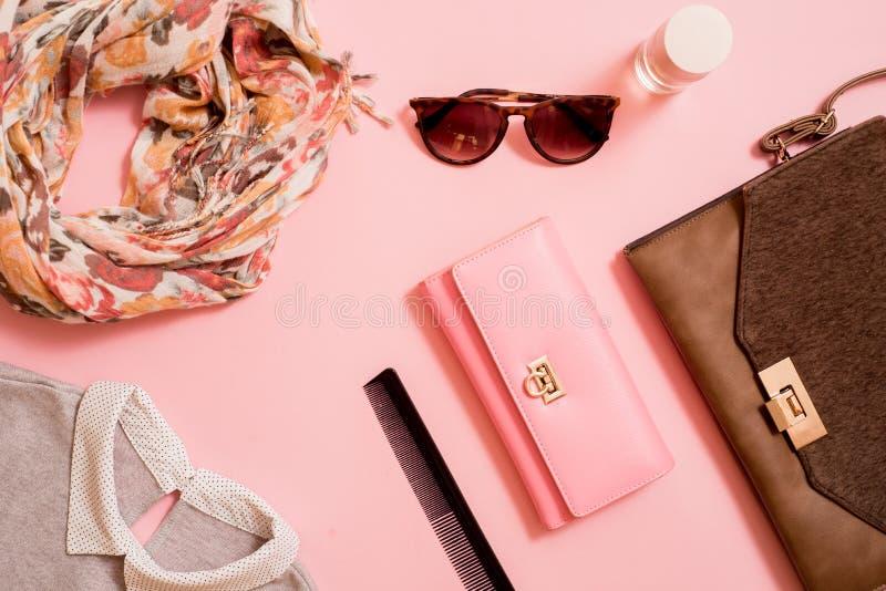 Modedam Accessories Set Falt lägger stilfull handväska brushes smink reflekterande solrossolglasögon Smycken och spikar polermede royaltyfri fotografi