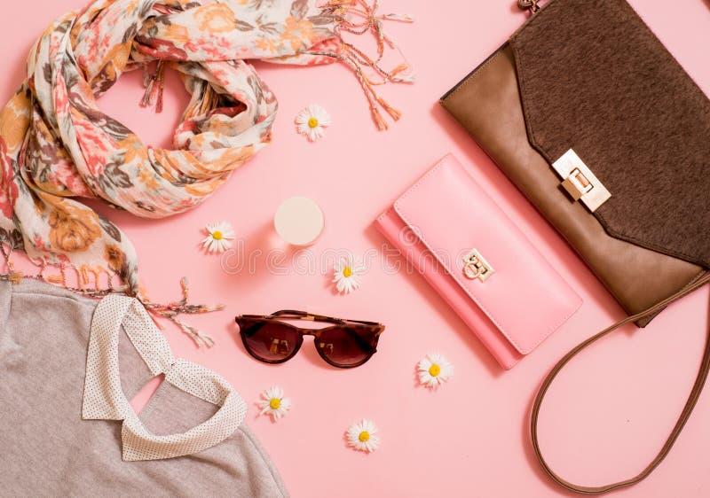 Modedam Accessories Set Falt lägger stilfull handväska brushes smink reflekterande solrossolglasögon Smycken och spikar polermede arkivfoto