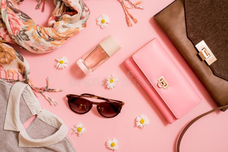 Modedam Accessories Set Falt lägger stilfull handväska brushes smink reflekterande solrossolglasögon Smycken och spikar polermede royaltyfria foton