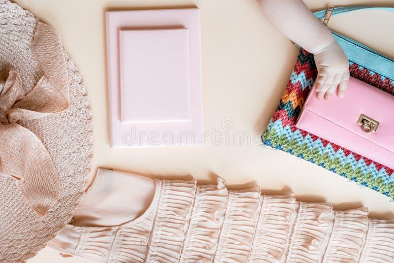 Modedam Accessories Set Falt l?gger stilfull handv?ska brushes smink reflekterande solrossolglas?gon Smycken och spikar polermede royaltyfria bilder
