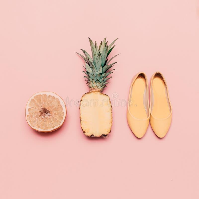 Modedamensommer-Artsatz Vanillefrüchte und -schuhe lizenzfreie stockfotos