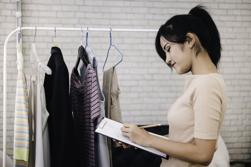 Modedesigner arbeiten im Studioprozeß der Schaffung der neuen Kleidungssammlung lizenzfreie stockfotografie