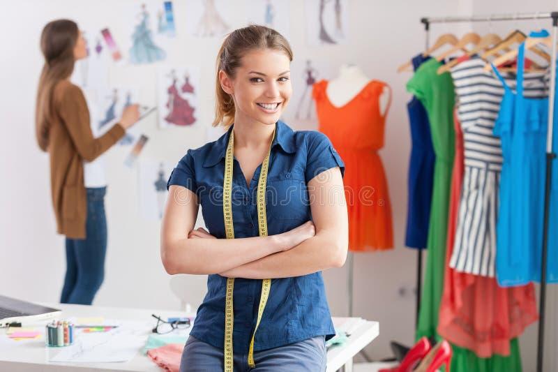 Modedesigner bei der Arbeit. lizenzfreies stockfoto