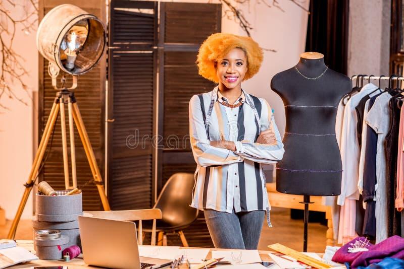 Modedesigner, der im Büro arbeitet stockfotos