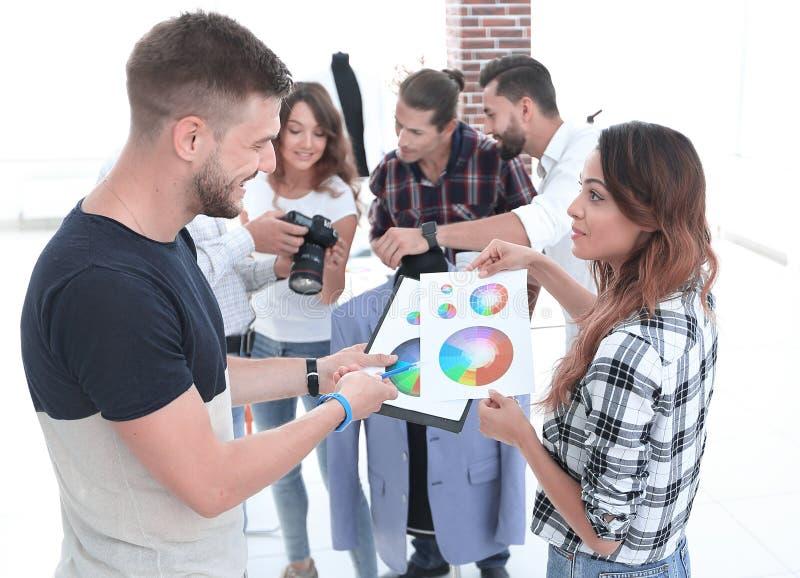 Modedesigner, die Farbpalette im Studio besprechen lizenzfreie stockbilder